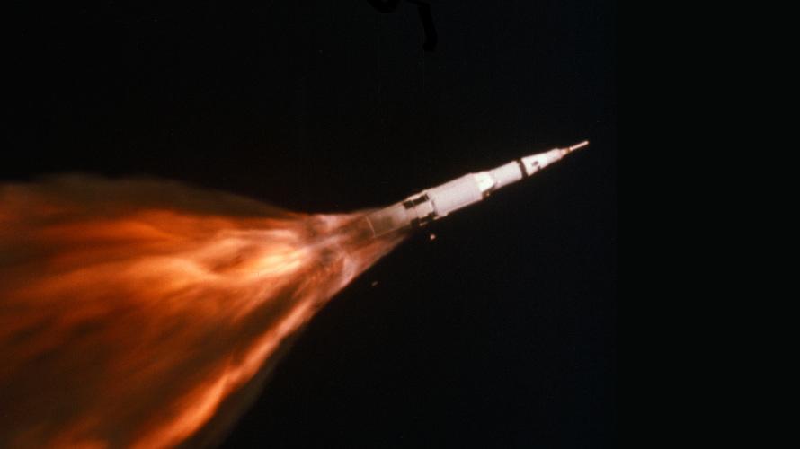 Пламя поглотило треть корпуса ракеты Сатурн-5!!!
